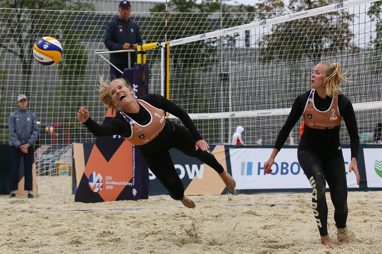 Les françaises Placette♀Richard jouent et gagnent à leur match de barrage de l'EuroBeachVolley