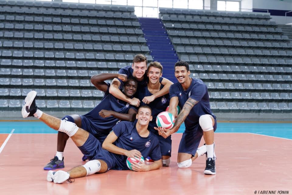 Joue au volley à la Team Yavbou