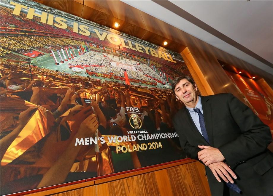 Philippe Blain présente un cours pour les entraineurs FIVB – Niveau 1 en Macédoine du Nord